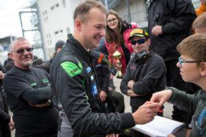Johann Ledermair gibt Autogramme