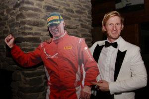 Thomas Hummer vom Reifenausstatter Pirelli mit Phil Stratford (2. OPEN) als Pappfigur